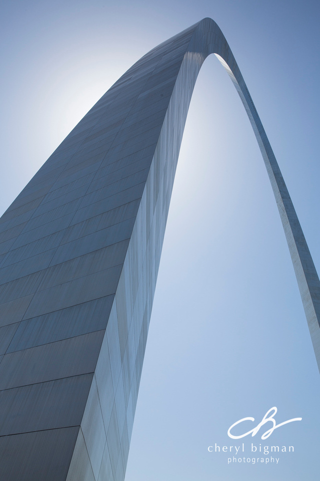 The Gateway Arch in St. Louis, Missouri photographed from the side.